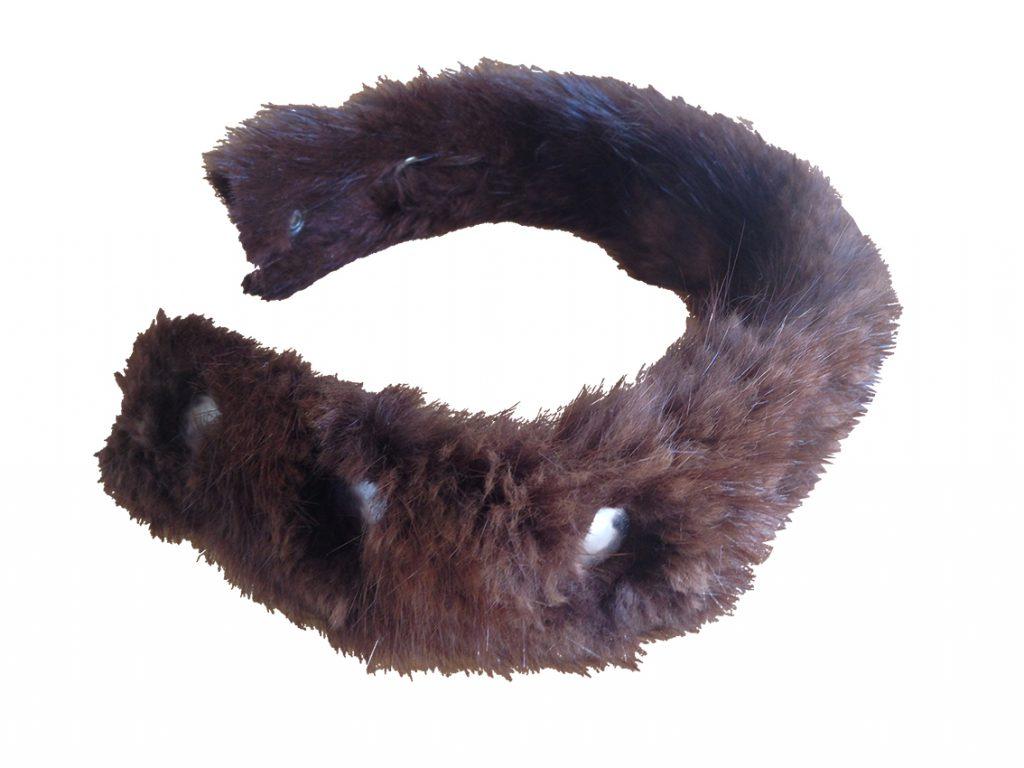 Konstverk, halsband i päls med nitar. Artwork, necklace in fur with rivets.